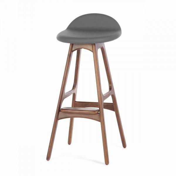 Барный стул Buch 3Барные<br>Дизайнерский барный стул Buch (Буш) без подлокотников на деревянных ножках от Cosmo (Космо).<br> Высокий барный стул Buch 3 создан еще вВ1960 году дизайнером Эриком Буком, который посвятил всю свою жизнь дизайну и архитектуре. У Эрика Бука было свыше 30 коммерчески успешных дизайн-проектов, среди которых самым успешным стал именно этот барный стул, который нашел свое место в миллионах домов по всему миру. Сегодня же стулья, сконструированные Эриком Буком, по-прежнему производятся на фабри...<br><br>stock: 12<br>Высота: 85,5<br>Высота сиденья: 75<br>Ширина: 40<br>Глубина: 45<br>Цвет ножек: Орех<br>Материал ножек: Массив ореха<br>Материал сидения: Полиуретан<br>Цвет сидения: Темно-серый<br>Тип материала сидения: Кожа искусственная<br>Коллекция ткани: Premium Grade PU<br>Тип материала ножек: Дерево<br>Дизайнер: Erik Buch