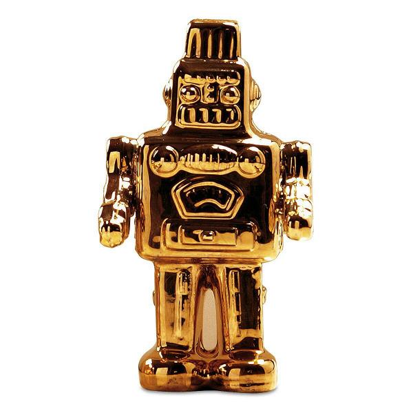Фарфоровый робот GoldiesНастольные<br>Детские игры, мечты, фантазии иВувлечения рушатся, как хрупкий фарфор, оВсуровые будни делового человека. Дизайнеры Seletti удачно пофантазировали наВэту тему иВсоздали коллекцию интерьерных статуэток Memorabilia, которые служат хорошим напоминанием оВтом, что все взрослые когда-то были детьми, мечтали полететь вВкосмос, создать робота или даже сидеть наВкоролевском троне. Фарфоровый робот Goldies — один из предметов этой коллекции.<br><br><br><br><br> Та...<br><br>stock: 0<br>Высота: 12<br>Ширина: 5<br>Материал: Фарфор<br>Длина: 6