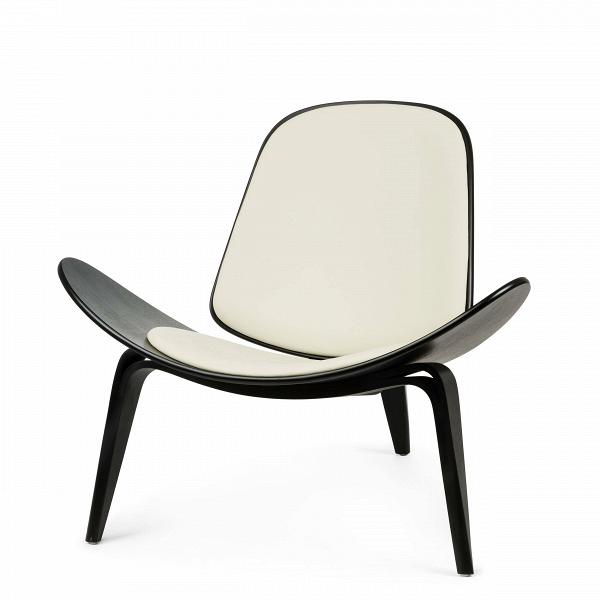 Кресло ShellИнтерьерные<br>Дизайнерское стильное кресло Shell (Шелл) с обивкой на трех ножках от Cosmo (Космо).<br><br><br> НаВпротяжении десятилетий имя Ханса Вегнера связывалось сВмодернистской школой, которая превыше всего ценит функциональные аспекты. Его кресло наВтрех ножках Shell впервые появилось наВпублике вВ1963 году иВявилось олицетворением давней любви Ханса Вегнера кВдереву сВодной стороны иВоригинальному, ноВпростому дизайну сВдругой. Тогда было выпущен...<br><br>stock: 0<br>Высота: 74,5<br>Высота сиденья: 37<br>Ширина: 91<br>Глубина: 82<br>Материал каркаса: Фанера, шпон березы<br>Тип материала каркаса: Фанера<br>Коллекция ткани: Standart Leather<br>Тип материала обивки: Кожа<br>Цвет обивки: Кремовый<br>Цвет каркаса: Черный<br>Дизайнер: Hans Wegner