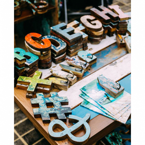 Буквы из корабельного борта