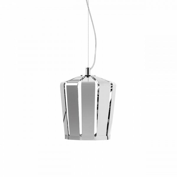 Подвесной светильник Crown диаметр 18Подвесные<br>Подвесной светильник Crown диаметр 18 привлекает к себе внимание захватывающей <br>игрой света вВлучах «короны». <br>Он имеет сложный дизайн металлического абажура, имеющего узкие щели для <br>прохождения света, что придает светильнику замечательную легкость и нарядность.<br><br>stock: 5<br>Диаметр: 18<br>Материал абажура: Металл<br>Цвет абажура: Хром<br>Дизайнер: Fabian Baumann and SГ¶nke Hoof