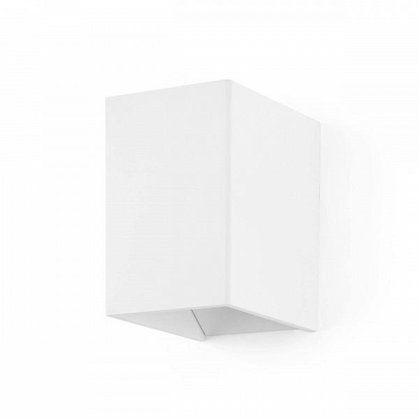 Настенный светильник Magic BoxНастенные<br>Настенный светильник Magic Box — это отличный предмет домашнего интерьера, который способен ненавязчиво подчеркнуть главные акценты дизайна и дополнить его правильной геометрической формой и стильными цветовыми решениями: матовый темно-серый или матовый белый. Светильник напоминает волшебную коробку фокусника, из которой вот-вот выпрыгнет кролик или выпорхнет голубь.<br><br><br> Целостный корпус светильника изготовлен из качественного алюминия, который гарантирует прочность и долговечность изде...<br><br>stock: 4<br>Высота: 11<br>Ширина: 9,3<br>Длина: 6,9<br>Материал абажура: Алюминий<br>Материал арматуры: Алюминий<br>Мощность лампы: 3<br>Ламп в комплекте: Нет<br>Напряжение: 220<br>Тип лампы/цоколь: LED<br>Цвет абажура: Белый<br>Цвет арматуры: Белый