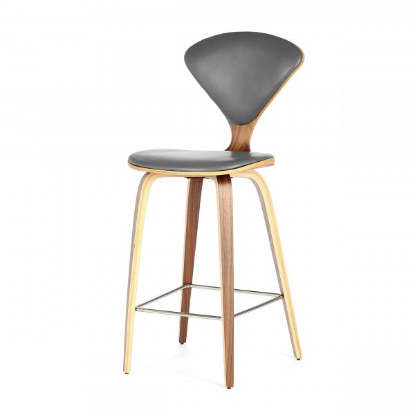 Барный стул Cherner с обивкойПолубарные<br>Барный стул Cherner с обивкой — это великолепный деревянный барный стул 1958 года по-настоящему<br>инновационного дизайна Нормана Чернера. Барный стул ChernerВ— прекрасный союз комфорта, новизны иВстиля. Американский дизайнер Норман Чернер известен в мире дизайна прежде всего благодаря коллекции стульев Cherner. Их особенная форма, безупречные линии и необычный дизайн не выходят из моды уже долгие годы, и эти стулья стали классикой дизайна.<br><br><br> Сделанный изВформованной фан...<br><br>stock: 0<br>Высота: 102,5<br>Высота сиденья: 66.5<br>Ширина: 47<br>Глубина: 54<br>Цвет ножек: Орех<br>Материал ножек: Фанера, шпон ореха<br>Цвет сидения: Темно-серый<br>Тип материала сидения: Кожа<br>Коллекция ткани: Harry Leather<br>Тип материала ножек: Дерево<br>Дизайнер: Norman Cherner