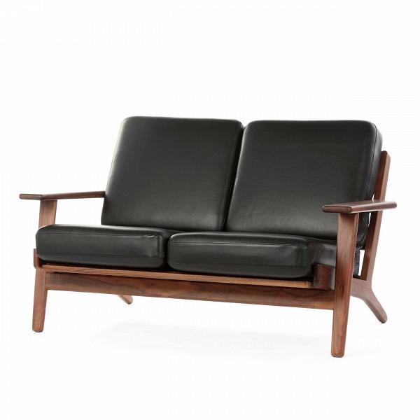 Диван Plank ширина 127Двухместные<br>Дизайнерский двухместный легкий диван Plank (Планк) ширина 127 с деревянным каркасом от Cosmo (Космо).<br><br><br> Вряд ли кто-то поспорит, что в гостиной правит бал его величество диван — на своем веку он может перевидать немало жарких объятий, искренних переживаний за успех любимой команды или яростной схватки в новой видеоигре. Если вы задумались о новом друге в гостиную, то творение датчанина Ханса Вегнера окажется как нельзя кстати.<br><br><br> Скандинавский модернист знаменит не только своими у...<br><br>stock: 1<br>Высота: 73,5<br>Высота сиденья: 41,5<br>Глубина: 84<br>Длина: 127<br>Материал каркаса: Массив ореха<br>Тип материала каркаса: Дерево<br>Коллекция ткани: Harry Leather<br>Тип материала обивки: Кожа<br>Цвет обивки: Черный<br>Цвет каркаса: Орех<br>Дизайнер: Hans Wegner