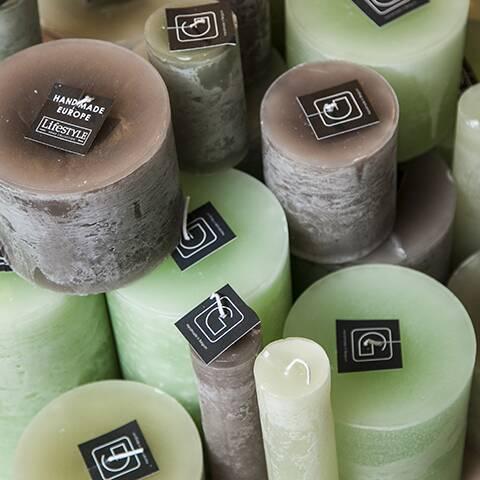 Свеча (G183-GREYS)Подсвечники и свечи<br>GOMMAIRE – молодой бельгийский бренд, основанный в январе 2015 года и возникший благодаря слиянию идей и многолетнего опыта его основателей.<br><br>GOMMAIRE включил в себя огромную коллекцию мебели и предметов декора, которую можно поместить в условия любого интерьера: от прованса до лофта. Основными особенностями бренда являются его уникальный стиль и конечно же экологичность. Мебель производится из переработанного тика, что позволяет уменьшить воздействие на окружающую среду, а красивая «состарен...<br><br>stock: 23<br>Высота: 10<br>Материал: Воск<br>Цвет: greysch<br>Длина: 20