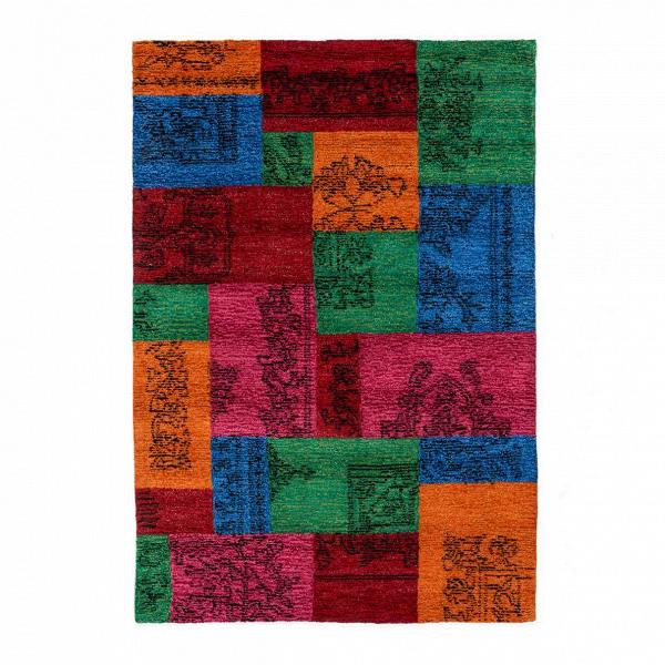 Ковер SiennaКовры<br>Благодаря необычной ткацкой технике ковер Sienna напоминает лоскутное одеяло. Изготавливаются такие одеяла в популярной вне времен технике пэчворк. Это направление народно-прикладного искусства, которое подразумевает шитье из разноцветных лоскутов разных типов тканей. Вместе они могут образовывать единую симметричную композицию или же, напротив, пестреть всевозможными цветами и формами.<br><br><br> Как и любая вещь, изготовленная в технике пэчворк, ковер Sienna являет собой стильное колоритное...<br><br>stock: 9<br>Ширина: 160<br>Материал: Полиэстер<br>Цвет: Multi/Мульти<br>Высота ворса: 3-4мм(с разрезным ворсом)<br>Длина: 230<br>Плотность ворса: 35000стежков/м2<br>Состав основы: Хлопок<br>Тип производства: Ручное производство