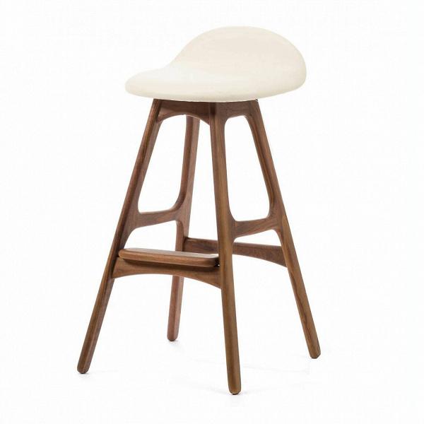 Барный стул Buch 2Полубарные<br>Мы говорим скандинавский модерн, подразумеваем целую плеяду дизайнеров-экспериментаторов, среди которых был и Эрик Бук. Мебель этого датчанина с 1957 года занимает прочные позиции в истории дизайна благодаря минималистичным обтекаемым формам, натуральным материалам — дереву, ткани и коже, практичности и функциональности.<br><br><br> Поклонников модного нынче экологичного образа жизни, да и просто любителей завтраков и ужинов на траве, наверняка привлечет знаменитый барный стул Buch 2. Он появи...<br><br>stock: 0<br>Высота: 75,5<br>Высота сиденья: 65<br>Ширина: 40<br>Глубина: 45<br>Цвет ножек: Орех<br>Материал ножек: Массив ореха<br>Цвет сидения: Белый<br>Тип материала сидения: Кожа<br>Коллекция ткани: Standart Leather<br>Тип материала ножек: Дерево<br>Дизайнер: Erik Buch