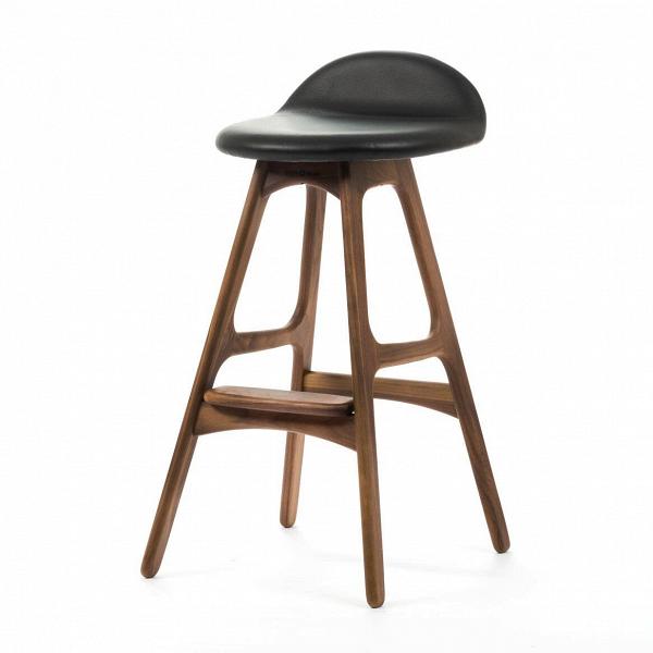 Барный стул Buch 2Полубарные<br>Мы говорим скандинавский модерн, подразумеваем целую плеяду дизайнеров-экспериментаторов, среди которых был и Эрик Бук. Мебель этого датчанина с 1957 года занимает прочные позиции в истории дизайна благодаря минималистичным обтекаемым формам, натуральным материалам — дереву, ткани и коже, практичности и функциональности.<br><br><br> Поклонников модного нынче экологичного образа жизни, да и просто любителей завтраков и ужинов на траве, наверняка привлечет знаменитый барный стул Buch 2. Он появи...<br><br>stock: 0<br>Высота: 75,5<br>Высота сиденья: 65<br>Ширина: 40<br>Глубина: 45<br>Цвет ножек: Орех<br>Материал ножек: Массив ореха<br>Цвет сидения: Черный<br>Тип материала сидения: Кожа<br>Коллекция ткани: Standart Leather<br>Тип материала ножек: Дерево<br>Дизайнер: Erik Buch