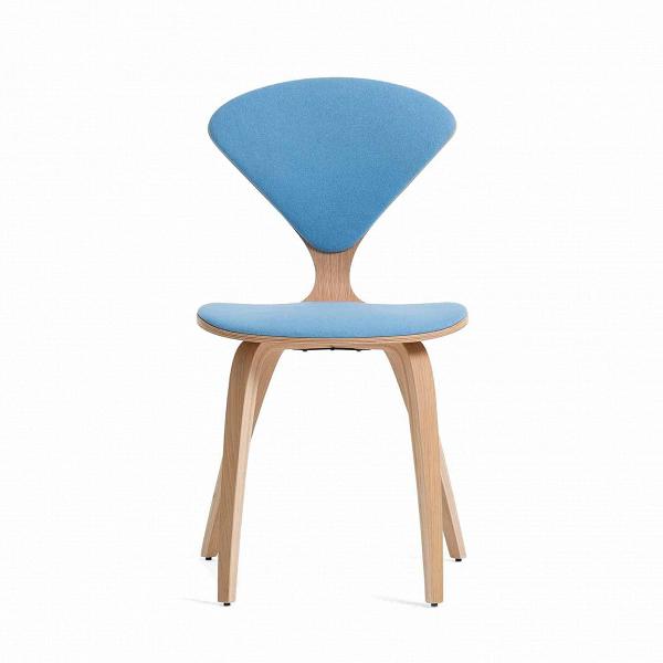 Стул Cherner с обивкойИнтерьерные<br>Американский дизайнер Норман Чернер с 1947 по 1949 год проработал вВМузее современного искусства в Нью-Йорке, гдеВдосконально изучил труды идеологов баухауса, и в своих творениях решил следовать их заветам — создавать недорогую удобную мебель, которую мог бы себе позволить каждый. Он одним из первых стал применять фанеру — недорогой и легкий материал, и вВ1958 году создал свой культовый стул Cherner «с тонкой талией» из фанеры под дерево.<br><br><br> Наша репродукция легендарног...<br><br>stock: 0<br>Высота: 81,5<br>Высота сиденья: 46<br>Ширина: 44<br>Глубина: 54,5<br>Цвет ножек: Белый дуб<br>Материал ножек: Фанера, шпон дуба<br>Материал сидения: Шерсть, Нейлон<br>Цвет сидения: Голубой<br>Тип материала сидения: Ткань<br>Коллекция ткани: T Fabric<br>Тип материала ножек: Дерево<br>Дизайнер: Norman Cherner