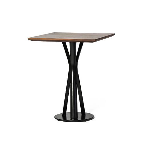 Обеденный стол Split квадратныйОбеденные<br>Обеденный стол играет первую скрипку в столовой, ведь он — центр притяжения всего дома. Он может быть круглым или прямоугольным, раздвижным или миниатюрным, оригинальным или простым, но без него не обойтись. Сегодня на ваш выбор представлены сотни моделей, главное — понять, сколько человек будут регулярно за ним усаживаться и каким целям онВбудет служить.<br><br><br> Если вы не устраиваете званых приемов и при этом причудливые эксперименты вам не по душе, то обеденный стол Split квадратны...<br><br>stock: 0<br>Высота: 75<br>Ширина: 61<br>Длина: 61<br>Цвет ножек: Черный<br>Цвет столешницы: Орех американский<br>Материал столешницы: МДФ, шпон ореха<br>Тип материала столешницы: МДФ<br>Тип материала ножек: Металл<br>Дизайнер: Sean Dix