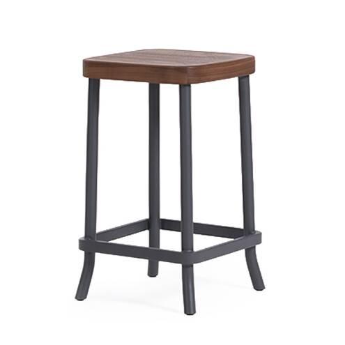 Барный стул Chom ChomБарные<br>Роскошный барный стул Chom Chom создан популярным американским дизайнером. Шон Дикс — один из тех мастеров, которые ставят значимость функциональности и практичности на один уровень с красотой. Именно поэтому стул сделан без лишних деталей и элементов декора, однако он ничуть не теряет в привлекательности. Изделие выполнено в современном стиле, комбинирующем в себе сразу несколько дизайнерских направлений.<br><br><br> Chom Chom имеет простую, лаконичную конструкцию, изготовленную из благородны...<br><br>stock: 0<br>Высота: 75<br>Ширина: 42<br>Глубина: 42<br>Цвет ножек: Темно-серый матовый<br>Материал сидения: Массив ореха<br>Цвет сидения: Орех<br>Тип материала сидения: Дерево<br>Тип материала ножек: Сталь<br>Дизайнер: Sean Dix