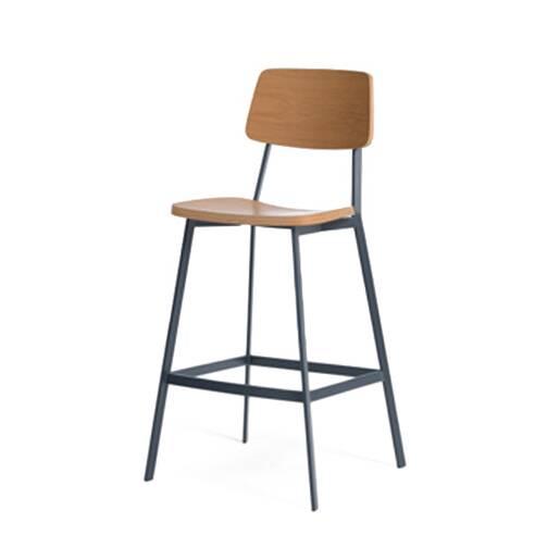 Полубарный стул SprintПолубарные<br>Полубарный стул Sprint – это очень удобная модель для домашнего пользования. Ее удобство заключается в первую очередь в наличии жесткой спинки, которая способствует правильной осанке и комфортному отдыху. Изделие разработано знаменитым американским дизайнером Шоном Диксом. Его работы популярны по всему миру, пользуются особенно большим спросом на родине и в Европе.<br><br><br> Полубарный стул Sprint имеет твердые сиденье и спинку, благодаря чему вы остаетесь в тонусе и в то же время можете споко...<br><br>stock: 0<br>Высота: 96<br>Высота сиденья: 61<br>Ширина: 50,5<br>Глубина: 53<br>Тип материала каркаса: Сталь<br>Материал сидения: Фанера, шпон дуба<br>Цвет сидения: Дуб<br>Тип материала сидения: Дерево<br>Цвет каркаса: Темно-серый матовый<br>Дизайнер: Sean Dix