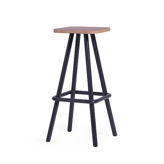 Барный стул Little BaoБарные<br>Лаконичный и оригинальный дизайн барного стула Little Bao не оставит равнодушным даже самых искушенных ценителей современного интерьера. Изделие спроектировано американским дизайнером. Работы Шона Дикса популярны по всему миру, используются как в обстановке дома, так и для создания уютного интерьера в общественных заведениях. Барный стул Little Bao дополнит готовый интерьер, сделает его более завершенным.<br><br><br> Сиденье стула изготовлено из прочной фанеры. Поверх фанеры наложен слой дубов...<br><br>stock: 0<br>Высота: 75<br>Ширина: 36<br>Глубина: 36<br>Цвет ножек: Черный<br>Материал сидения: Фанера, шпон дуба<br>Цвет сидения: Коричневый<br>Тип материала сидения: Дерево<br>Тип материала ножек: Сталь<br>Дизайнер: Sean Dix