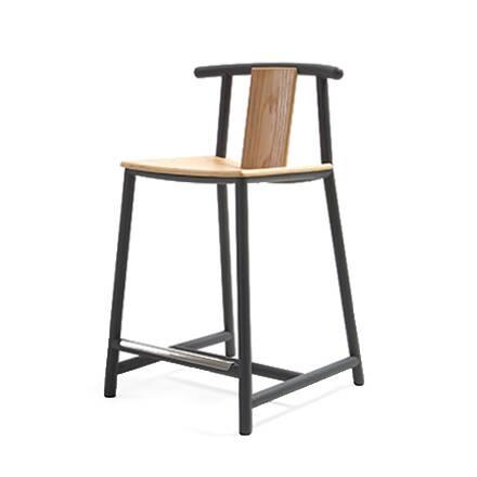 Полубарный стул PandaПолубарные<br>Работы американского дизайнера Шона Дикса известны своей практичностью и легким удобным дизайном. Полубарный стул Panda – это минимальное количество деталей и идеальное сочетание простоты и оригинального стиля. Он очень удобен в использовании. Комфортная спинка позволит спине расслабиться и отдохнуть, а удобная подножка поможет устроиться с максимальным удобством.<br><br><br> Изделие сделано из материалов, которые сохранят его в отличном состоянии на долгие годы. Легкая спинка и сиденье представ...<br><br>stock: 0<br>Высота: 86<br>Высота сиденья: 61<br>Ширина: 51,7<br>Глубина: 56<br>Цвет спинки: Дуб<br>Материал спинки: Фанера, шпон дуба<br>Тип материала каркаса: Сталь<br>Материал сидения: Фанера, шпон дуба<br>Цвет сидения: Белый дуб<br>Тип материала спинки: Дерево<br>Тип материала сидения: Дерево<br>Цвет каркаса: Черный<br>Дизайнер: Sean Dix