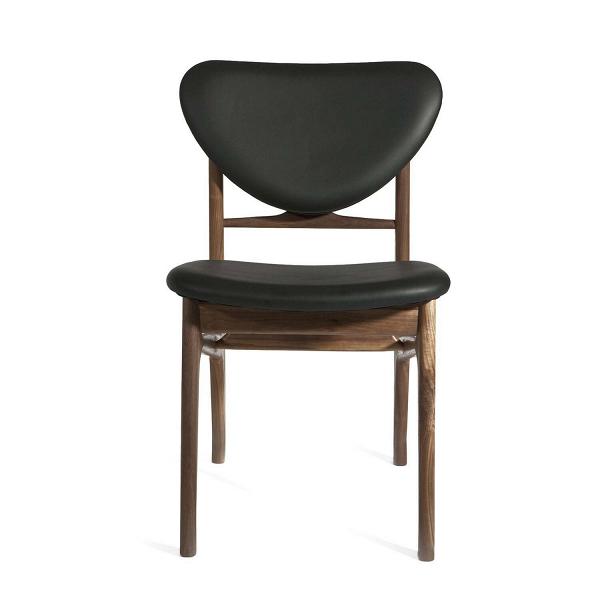 Стул Sandler с каркасом из массива орехаИнтерьерные<br>Создатели этого стула для столовой вдохновлялись трендами, которые были популярны вВсередине прошлого века. Отраженные в дизайне веяния моды — это скандинавский модерн.<br><br><br> Дизайнер Финн Юль, датчанин по происхождению, на своем веку создал немалое количество стульев. В пору расцвета его творчества, который пришелся на 1946 год, иВбыл создан обеденный стул SandlerВ с каркасом из массива ореха. Он привлекателен на вид, приятен на ощупь и комфортен для отдыха. Его легкий и ...<br><br>stock: 0<br>Высота: 81<br>Высота сиденья: 46<br>Ширина: 47,5<br>Глубина: 57<br>Материал каркаса: Массив ореха<br>Тип материала каркаса: Дерево<br>Цвет сидения: Черный<br>Тип материала сидения: Кожа<br>Коллекция ткани: Standart Leather<br>Цвет каркаса: Орех<br>Дизайнер: Finn Juhl