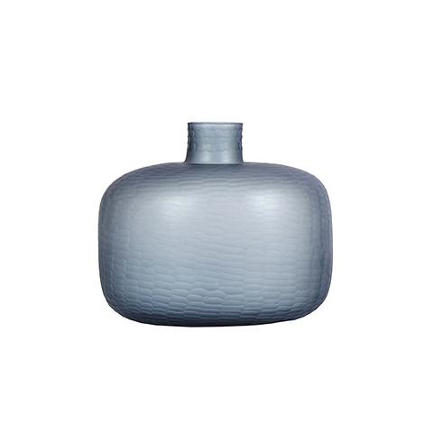Бутыль (9144300005)Вазы<br>ROOMERS – это особенная коллекция, воплощение всего самого лучшего, модного и новаторского в мире дизайнерской мебели, предметов декора и стильных аксессуаров.<br><br>Интерьерные решения от ROOMERS в буквальном смысле не имеют границ. Мебель, предметы декора, светильники и аксессуары тщательно отбираются по всему миру – в последних коллекциях знаменитых дизайнеров и культовых брендов, среди искусных работ hand-made мастеров Европы и Юго-Восточной Азии во время большого и увлекательного путешествия,...<br><br>stock: 9<br>Высота: 30<br>Ширина: 35<br>Материал: Стекло<br>Цвет: BLUE<br>Длина: 35