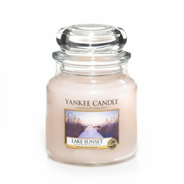 Свеча средняя в стеклянной банке Lake SunsetПодсвечники и свечи<br>Свеча средняя в стеклянной банке Lake Sunset — это потрясающе свежий и одновременно сладковатый и романтичный аромат, напоминающий лучи солнца перед закатом и отражающим свежесть воды. Верхние ноты — ананас, манго, франжипани (плюмерия), груша, апельсин. Средние ноты — озон, пудровые, цветочные, ландыш, фрезия. Базовые ноты — мускус, древесные, восточные, ванильные, сливочные ноты, пачули.<br> <br> Сделано в США.<br> Время горения 65–90 часов.<br> Вес 411 г<br><br>stock: 0<br>Высота: 12.7<br>Цвет: Розовый<br>Диаметр: 10.7