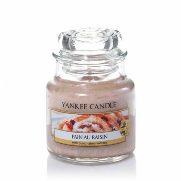 Свеча маленькая  в стеклянной банке Pain au raisinПодсвечники и свечи<br>Свеча маленькая в стеклянной банке Pain au raisin — это дразнящий аромат коньяка с изюмом, запеченным в маслянистое ванильное тесто с корицей. Верхняя нота — палочка корицы, сахар-сырец, масло миндаля. Средняя нота — пряный изюм, слива, сладкий рис. Базовая нота — ваниль, солод, коньяк.<br> <br> Сделано в США.<br> Время горения 25–40 часов.<br> Вес 104 г<br><br>stock: 1<br>Высота: 8.6<br>Цвет: Бежевый<br>Диаметр: 5.8