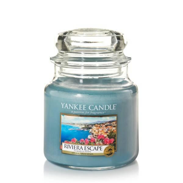 Свеча средняя в стеклянной банке Riviera EscapeПодсвечники и свечи<br>Свеча средняя в стеклянной банке Riviera Escape — это свеча, аромат, которой напомнит вам о прогулке около моря в окружении зелени и цветов.<br><br><br> Сделано в США.<br> Время горения 65–90 часов.<br> Вес 411 г<br><br>stock: 0<br>Высота: 12.7<br>Цвет: Голубой<br>Диаметр: 10.7