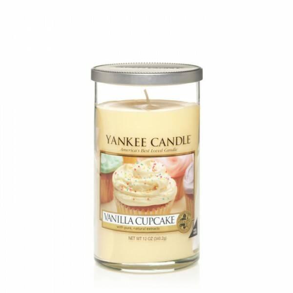 Свеча средняя в стеклянном стакане Vanilla CupcakeПодсвечники и свечи<br>Свеча средняя в стеклянном стакане Vanilla Cupcake — это свеча с ароматом самой настоящей ванильной выпечки. Богатый, сливочный аромат ванильного кекса с оттенками лимона и большим количеством глазури. Верхняя нота — ванильная глазурь, солодовый сахар. Средняя нота — бисквит, шоколад. Базовая нота — какао, ваниль.<br> <br> Сделано в США.<br> Время горения 65–95 часов.<br> Вес 340 г<br><br>stock: 1<br>Высота: 14<br>Цвет: Желтый<br>Диаметр: 7.6