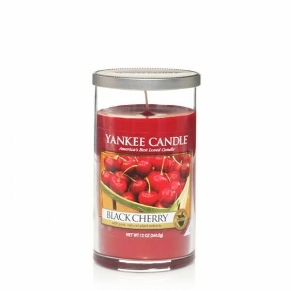 Свеча средняя в стеклянном стакане Black CherryПодсвечники и свечи<br>Свеча средняя в стеклянном стакане Black Cherry — это свеча с ароматом сладкой черешни. Верхняя нота — вишня, миндаль. Средняя нота — вишня, корица. Базовая нота — черешня.<br> <br> Сделано в США.<br> Время горения 65–95 часов.<br> Вес 340 г<br><br>stock: 1<br>Высота: 14<br>Цвет: Бордовый<br>Диаметр: 7.6