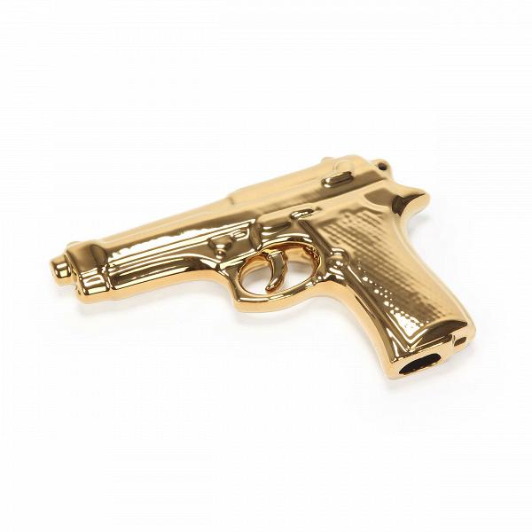 Фарфоровый пистолет MemorabiliaНастольные<br>Детские игры, мечты, фантазии иВувлечения рушатся, как хрупкий фарфор, оВсуровые будни делового человека. Дизайнеры Seletti удачно пофантазировали наВэту тему иВсоздали коллекцию интерьерных статуэток Memorabilia, которые служат хорошим напоминанием оВтом, что все взрослые когда-то были детьми, мечтали полететь вВкосмос, создать робота или даже сидеть наВкоролевском троне. Фарфоровый пистолет Memorabilia — один из предметов этой коллекции.<br><br><br><br>...<br><br>stock: 1<br>Высота: 3,5<br>Ширина: 14<br>Материал: Фарфор<br>Цвет: Золотой/Gold<br>Длина: 22