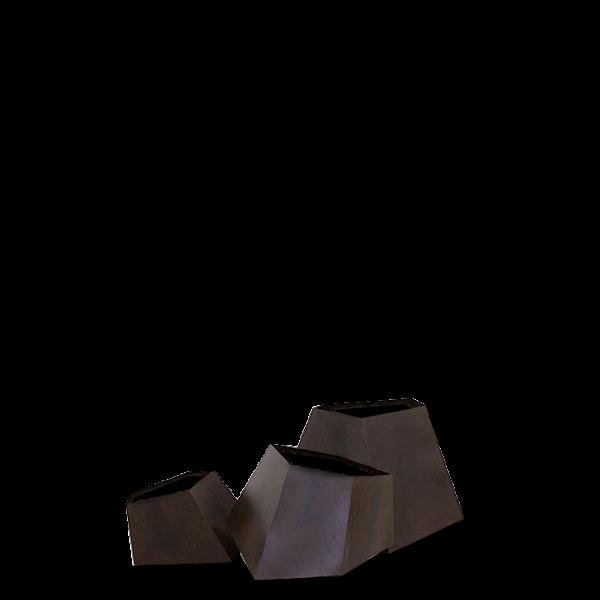 Набор ваз для цветов BouldersКашпо<br>Набор ваз для цветов Boulders — это богатая на размеры и формы линейка цветочных ваз. Вазы выполнены в трех размерных вариациях с упором на то, что помещения бывают разных площадей. Если вы живете в уютной квартирке, то вам подойдет малый набор, если же интерьер довольно просторный, то вы можете выбратьВдля себя вазы покрупнее.В<br> <br> Вазы стилизованы под антикварные с помощью искусственного состаривания стенокВ— они покрыты составом с легким эффектом ржавчины. Геометрическ...<br><br>stock: 0<br>Высота: 10.5<br>Ширина: 15.7<br>Материал: Металл окисленный<br>Цвет: Ржавчина<br>Длина: 12<br>Дизайнер: Kenneth Cobonpue