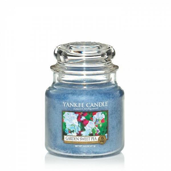 Свеча средняя в стеклянной банке Garden Sweet PeaПодсвечники и свечи<br>Свеча средняя в стеклянной банке Garden Sweet Pea — это сладкий аромат нежных цветков горошка, с оттенками ароматов груши, персика, фрезии и розового дерева. Верхняя нота — сладкий горошек, груша, белый персик. Средняя нота — фрезия, озон. Базовая нота — палисандр, ваниль, мускус.<br> <br> Сделано в США.<br> Время горения 65–90 часов.<br>Вес 411 г<br><br>stock: 0<br>Высота: 12.7<br>Цвет: Голубой<br>Диаметр: 10.7
