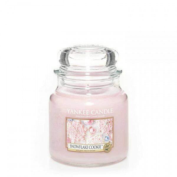 Свеча средняя в стеклянной банке Snowflake CookieПодсвечники и свечи<br>Свеча средняя в стеклянной банке Snowflake Cookie — это идеально красивое праздничное печенье, восхитительно украшенное сладкой розовой глазурью. Верхняя нота — мягкий зефир, взбитая ванильная глазурь. Средняя нота — теплая корица, мускатный орех. Базовая нота — сладкий сливочный крем, сахар, печенье.<br> <br> Сделано в США.<br> Время горения 65–90 часов.<br>Вес 411 г<br><br>stock: 0<br>Высота: 12.7<br>Цвет: Розовый<br>Диаметр: 10.7