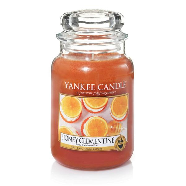 Свеча большая  в стеклянной банке Honey ClementineПодсвечники и свечи<br>Свеча большая в стеклянной банке Honey Clementine — это освежающий апельсиновый аромат с водоворотом медовых нот.<br> <br>Сделано в США.<br> Время горения 110–150 часов.<br> Вес 623 г<br><br>stock: 0<br>Цвет: Оранжевый