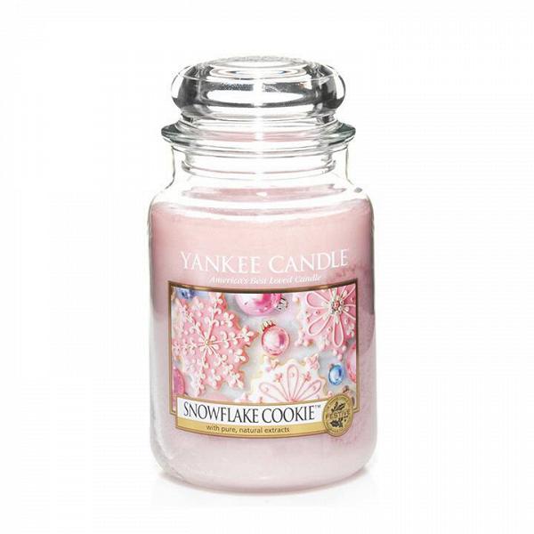 Свеча большая в стеклянной банке Snowflake CookieПодсвечники и свечи<br>Свеча большая в стеклянной банке Snowflake Cookie — это идеально красивое праздничное печенье, восхитительно украшенное сладкой розовой глазурью. Верхняя нота — мягкий зефир, взбитая ванильная глазурь. Средняя нота — теплая корица, мускатный орех. Базовая нота — сладкий сливочный крем, сахар, печенье.<br> <br> Сделано в США.<br> Время горения 110–150 часов.<br>Вес 623 г<br><br>stock: 0<br>Цвет: Розовый