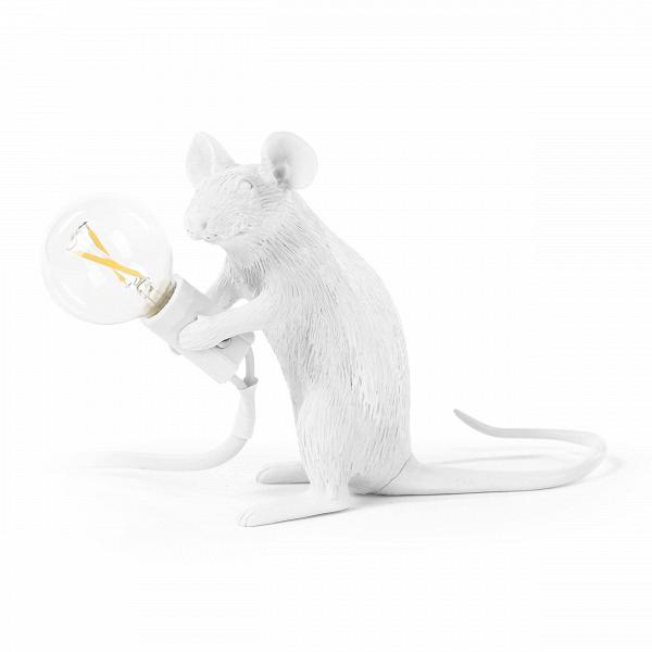 Настольный светильник Mouse SittingНастольные<br>Животный мир дарит массу вдохновения художникам всего мира. Дизайнеры компании Seletti создали коллекцию оригинальных, стилизованных светильников, выполненных в форме различных представителей фауны. Их фигуры совершенно очаровывают, а выражения мордочек словно передают человеческие эмоции. Настольный светильник Mouse Sitting – это целое произведение искусства, в которое вложена своя маленькая история.<br><br><br> Как и все изделия этой коллекции, эта модель создана из смолы, достаточно прочног...<br><br>stock: 0<br>Высота: 12<br>Ширина: 6,2<br>Длина: 15<br>Материал абажура: Смола<br>Цвет абажура: Белый<br>Цвет провода: Белый