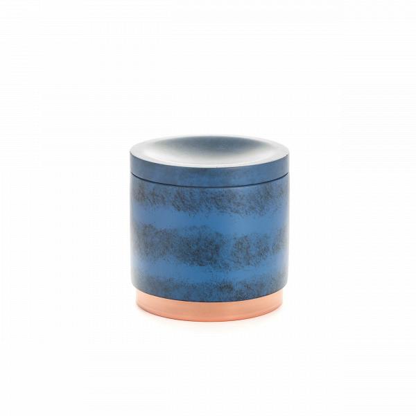 Банка NankingРазное<br>Коллекция Nanking включает в себя разнообразные предметы для домашнего быта, от стаканов и подносов до подставок для ершика и корзины для мусора. Все эти изделия объединены единым стилем и цветовой гаммой. Дизайн моделей очень прост и свеж. Особенно привлекательно и интересно выглядит поверхность изделий, на которую дизайнеры нанесли стильные штрихи потертостей и пятен.<br><br><br> Для создания коллекции Nanking проектировщики выбрали смолу – это довольно прочный материал, обладающий хорошей дек...<br><br>stock: 100<br>Высота: 9,5<br>Материал: Смола<br>Цвет: Синий<br>Диаметр: 9,6<br>Цвет дополнительный: Латунь