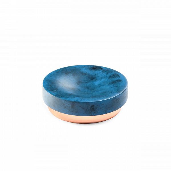 Мыльница NankingРазное<br>Коллекция Nanking включает в себя разнообразные предметы для домашнего быта, от стаканов и подносов до подставок для ершика и корзины для мусора. Все эти изделия объединены единым стилем и цветовой гаммой. Дизайн моделей очень прост и свеж. Особенно привлекательно и интересно выглядит поверхность изделий, на которую дизайнеры нанесли стильные штрихи потертостей и пятен.<br><br><br> Для создания коллекции Nanking проектировщики выбрали смолу – это довольно прочный материал, обладающий хорошей де...<br><br>stock: 100<br>Высота: 3,5<br>Материал: Смола<br>Цвет: Синий<br>Диаметр: 10,2<br>Цвет дополнительный: Латунь