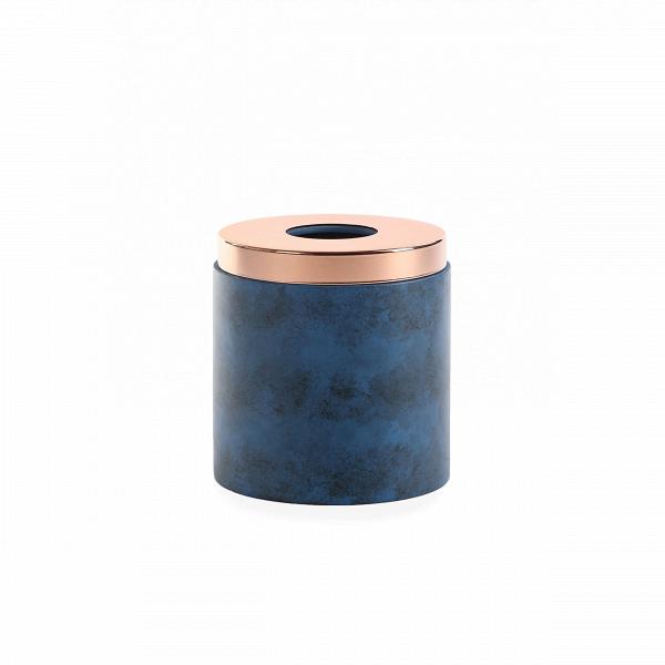 Салфетница NankingРазное<br>Коллекция Nanking включает в себя разнообразные предметы для домашнего быта, от стаканов и подносов до подставок для ершика и корзины для мусора. Все эти изделия объединены единым стилем и цветовой гаммой. Дизайн моделей очень прост и свеж. Особенно привлекательно и интересно выглядит поверхность изделий, на которую дизайнеры нанесли стильные штрихи потертостей и пятен.<br><br><br> Для создания коллекции Nanking проектировщики выбрали смолу – это довольно прочный материал, обладающий хорошей дек...<br><br>stock: 100<br>Высота: 15,2<br>Материал: Смола<br>Цвет: Синий<br>Диаметр: 14,5<br>Цвет дополнительный: Латунь