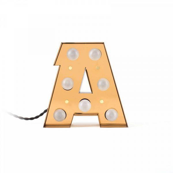 Настенный светильник Caractere AНастенные<br>Яркий и оригинальный настенный светильник Caractere A способен привлечь внимание и преобразить весь интерьер помещения. Коллекция букв-светильников создана итальянской компанией Seletti – одной из ведущих дизайнерских компаний в современном мире. Модельный ряд из букв уникален своей универсальностью – разные буквы-светильники будут интересно и красиво смотреться как по одной, так и в сочетании друг с другом.<br><br><br> Данные изделия радуют своей надежностью – все буквы изготавливаются из прочн...<br><br>stock: 0<br>Высота: 20<br>Материал арматуры: Металл<br>Мощность лампы: 2,4<br>Цвет арматуры: Золотой