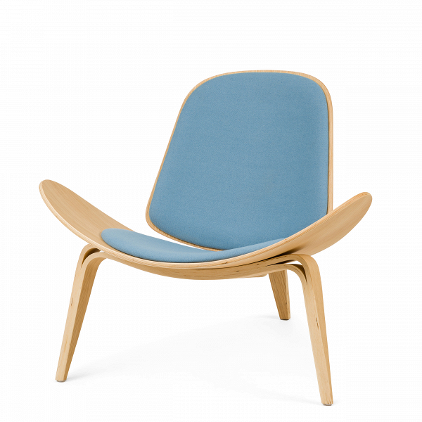 Кресло ShellИнтерьерные<br>Дизайнерское стильное кресло Shell (Шелл) с обивкой на трех ножках от Cosmo (Космо).<br><br><br> НаВпротяжении десятилетий имя Ханса Вегнера связывалось сВмодернистской школой, которая превыше всего ценит функциональные аспекты. Его кресло наВтрех ножках Shell впервые появилось наВпублике вВ1963 году иВявилось олицетворением давней любви Ханса Вегнера кВдереву сВодной стороны иВоригинальному, ноВпростому дизайну сВдругой. Тогда было выпущен...<br><br>stock: 0<br>Высота: 74,5<br>Высота сиденья: 37<br>Ширина: 91<br>Глубина: 82<br>Материал каркаса: Фанера, шпон дуба<br>Материал обивки: Шерсть, Нейлон<br>Тип материала каркаса: Фанера<br>Коллекция ткани: T Fabric<br>Тип материала обивки: Ткань<br>Цвет обивки: Светло-голубой<br>Цвет каркаса: Дуб<br>Дизайнер: Hans Wegner