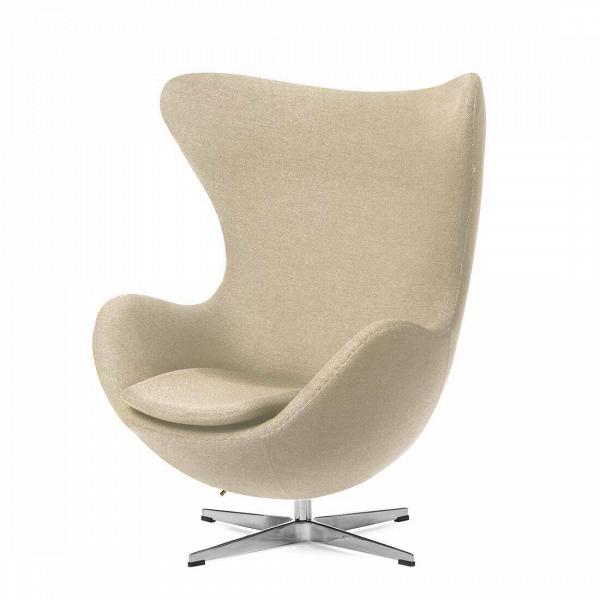 Кресло EggИнтерьерные<br>Дизайнерское комфортное кресло Egg (Эгг) в форме яйца на узкой ножке от Cosmo (Космо).<br><br><br> Кресло, своими очертаниями напоминающее яйцо, — одно из самых известных творений датского дизайнера Арне Якобсена. Вряд ли оно когда-нибудь выйдет из моды — уж слишком велик диапазон его интерьерных возможностей. Кроме того, обыгрывать данную форму помогают различные фактуры и цвета обивок.<br><br><br> Особенно приятно и солидно смотрится оригинальное кресло Egg в обивке из натуральной кожи, представлен...<br><br>stock: 0<br>Высота: 105,5<br>Высота сиденья: 41<br>Ширина: 87<br>Глубина: 82<br>Цвет ножек: Хром<br>Материал обивки: Хлопок<br>Коллекция ткани: Charles Fabric<br>Тип материала обивки: Ткань<br>Тип материала ножек: Алюминий<br>Цвет обивки: Кремово-белый<br>Дизайнер: Arne Jacobsen