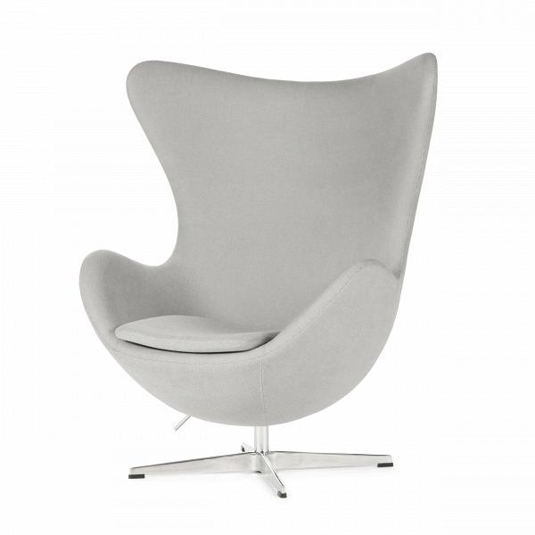 Кресло EggИнтерьерные<br>Дизайнерское комфортное кресло Egg (Эгг) в форме яйца на узкой ножке от Cosmo (Космо).<br><br><br> Кресло, своими очертаниями напоминающее яйцо, — одно из самых известных творений датского дизайнера Арне Якобсена. Вряд ли оно когда-нибудь выйдет из моды — уж слишком велик диапазон его интерьерных возможностей. Кроме того, обыгрывать данную форму помогают различные фактуры и цвета обивок.<br><br><br> Особенно приятно и солидно смотрится оригинальное кресло Egg в обивке из натуральной кожи, представлен...<br><br>stock: 0<br>Высота: 105,5<br>Высота сиденья: 41<br>Ширина: 87<br>Глубина: 82<br>Цвет ножек: Хром<br>Материал обивки: Хлопок, Лен<br>Коллекция ткани: Charles Fabric<br>Тип материала обивки: Ткань<br>Тип материала ножек: Алюминий<br>Цвет обивки: Светло-серый<br>Дизайнер: Arne Jacobsen