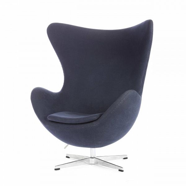 Кресло EggИнтерьерные<br>Дизайнерское комфортное кресло Egg (Эгг) в форме яйца на узкой ножке от Cosmo (Космо).<br><br><br> Кресло, своими очертаниями напоминающее яйцо, — одно из самых известных творений датского дизайнера Арне Якобсена. Вряд ли оно когда-нибудь выйдет из моды — уж слишком велик диапазон его интерьерных возможностей. Кроме того, обыгрывать данную форму помогают различные фактуры и цвета обивок.<br><br><br> Особенно приятно и солидно смотрится оригинальное кресло Egg в обивке из натуральной кожи, представлен...<br><br>stock: 4<br>Высота: 105,5<br>Высота сиденья: 41<br>Ширина: 87<br>Глубина: 82<br>Цвет ножек: Хром<br>Материал обивки: Хлопок<br>Коллекция ткани: Charles Fabric<br>Тип материала обивки: Ткань<br>Тип материала ножек: Алюминий<br>Цвет обивки: Тёмно-синий<br>Дизайнер: Arne Jacobsen