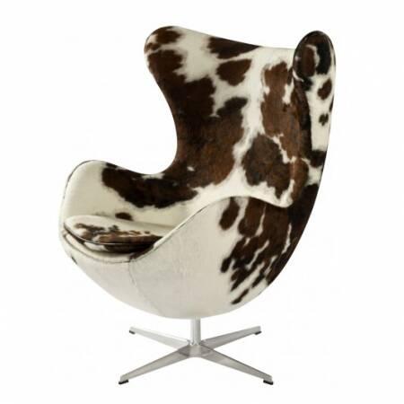 Кресло EggИнтерьерные<br>Дизайнерское комфортное кресло Egg (Эгг) в форме яйца на узкой ножке от Cosmo (Космо).<br><br><br> Кресло, своими очертаниями напоминающее яйцо, — одно из самых известных творений датского дизайнера Арне Якобсена. Вряд ли оно когда-нибудь выйдет из моды — уж слишком велик диапазон его интерьерных возможностей. Кроме того, обыгрывать данную форму помогают различные фактуры и цвета обивок.<br><br><br> Особенно приятно и солидно смотрится оригинальное кресло Egg в обивке из натуральной кожи, представлен...<br><br>stock: 0<br>Высота: 105,5<br>Высота сиденья: 41<br>Ширина: 87<br>Глубина: 82<br>Цвет ножек: Хром<br>Материал обивки: Шкура пони<br>Цвет обивки дополнительный: Белый<br>Коллекция ткани: Premium Leather<br>Тип материала обивки: Ткань<br>Тип материала ножек: Алюминий<br>Цвет обивки: Коричневый<br>Дизайнер: Arne Jacobsen
