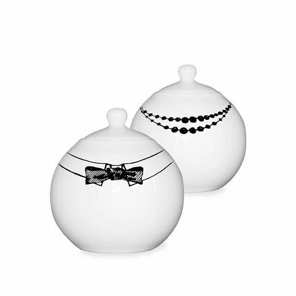 Набор для специй «Пара»Посуда<br>До того, как делать бокалы и посуду, создательница бренда «Mатео» Вероника Лазарева занималась модой, а потом интерьерами. Назвав компанию в честь сына Матвея, она довольно скоро завоевала сердца покупателей, и теперь ее тарелки, кувшины, солонки и бокалы, украшенные изысканными рисунками, вдохновленными традиционными русскими узорами, восточным орнаментом и яркой графикой, стоят на магазинных полках рядом с посудой признанных мэтров.<br><br><br> Вероника любит сочетать игру форм и пропорций, ...<br><br>stock: 1<br>Материал: Фарфор<br>Цвет: Белый<br>Объем: 0,7