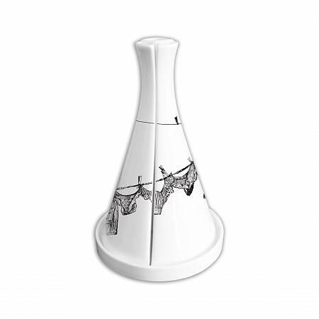 Набор соусников на подставке «Стирка»Посуда<br>До того, как делать бокалы и посуду, создательница бренда «Mатео» Вероника Лазарева занималась модой, а потом интерьерами. Назвав компанию в честь сына Матвея, она довольно скоро завоевала сердца покупателей, и теперь ее тарелки, кувшины, солонки и бокалы, украшенные изысканными рисунками, вдохновленными традиционными русскими узорами, восточным орнаментом и яркой графикой, стоят на магазинных полках рядом с посудой признанных мэтров.<br><br><br> Вероника любит сочетать игру форм и пропорций, ...<br><br>stock: 2<br>Материал: Фарфор<br>Цвет: Белый