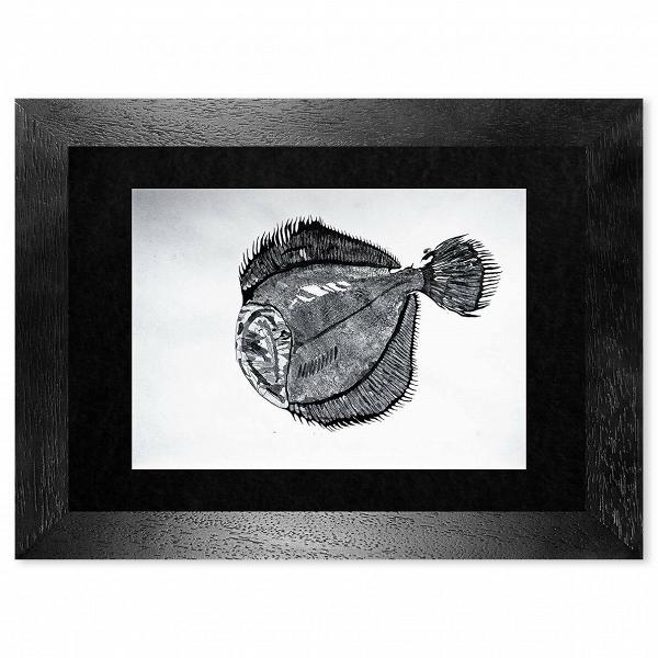 Картина Palaia_744Картины<br>Картина Palaia_744 — авторская художественная японская графика с применением китайской каллиграфической туши и элементами чешуи. Оформлена в натуральную деревянную раму ручной работы с паспарту под антибликовым стеклом, сзади стеновое крепление.<br><br><br> Размер 940x700 мм вместе с рамой.<br><br>stock: 0<br>Материал: Холст<br>Цвет: Черный+Белый<br>Состав основы: Дерево