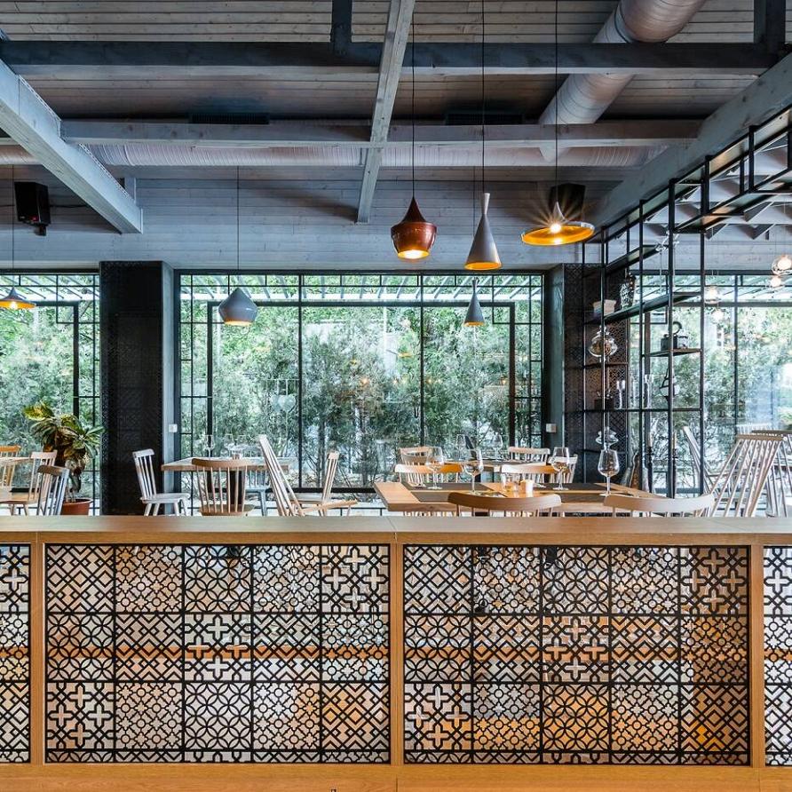 Ресторан в Румынии: естественность и индустриальный дизайн