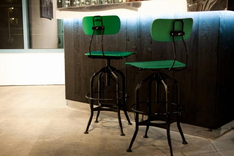Мебель, свет и декор в модном зеленом цвете