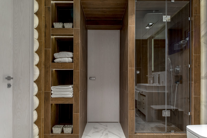 Мраморная ванная в бревнах